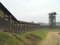 西二ノ曲輪の模擬井楼と土塀。